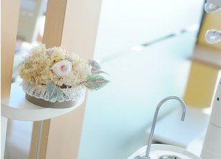 診療室にはお花の飾りも置いています。