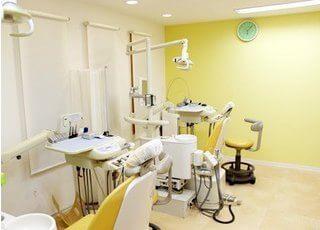 診療室は黄色を基調としています。