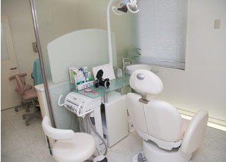診療室です。開放的で、ストレスフリーな空間を演出しております。