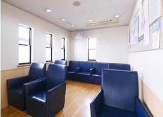 待合室には大きなソファーをご用意しておりますので、診療前後はこちらでお待ちください。