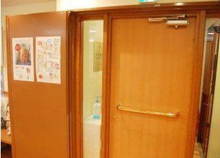 御徒町駅より徒歩3分、松田ビルの2階です。