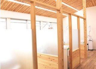 診療スペースです。半個室になっていますので、プライベート空間をお楽しみいただけます。