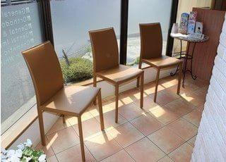 陽のあたる椅子にお座りになって、お待ちください。