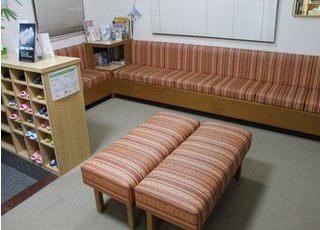 ゆったりとした空間の待合室になっております。ゆっくりとおくつろぎ下さい。