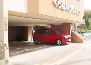 医院の下が駐車場になっています。