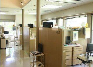 診療スペースは半個室になっておりプライベート空間の確保ができます。