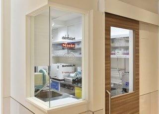 消毒室です。中村歯科医院の衛生管理能力は日本よりも厳しいヨーロッパでも開院できるレベルです。