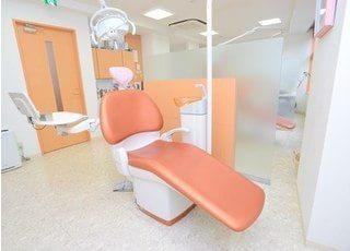診療室は広々とした清潔感のある空間です。パーテーションで区切られているので、患者様のプライバシーもしっかりとお守りします。