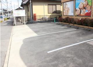 医院には広い駐車場がございます。