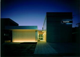 夜は院内の明かりが外に漏れ、落ち着いた雰囲気になっています。