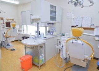 診察室はリラックスして治療を受けていただけるようにチェアを配置しています。