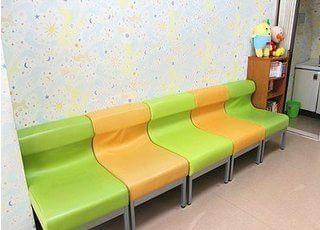 待合室です。診療までこちらでお待ちください。