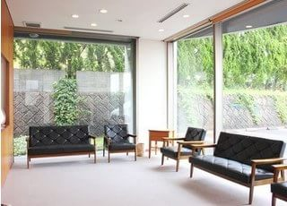 待合室です。広く開放感があるので、ゆったりお待ちいただける雰囲気です。