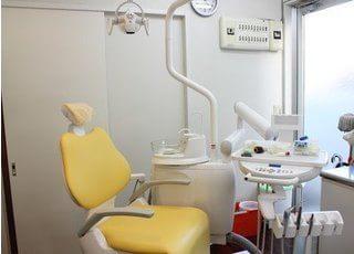 黄色い診療チェアがおしゃれな診療室です。