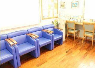 待合室には一人掛けのソファーがあります。