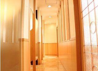 半個室の明るい診療室になっております。
