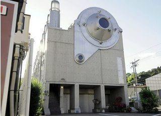 仁科歯科医院の外観です。桃山南口駅から徒歩0.5分です。