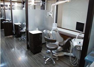 診療室はパーテーションで区切られておりますので安心して治療を受けていただけます。