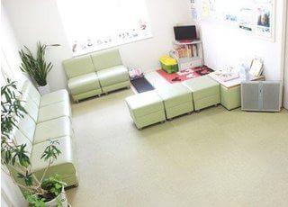 待合スペースにはキッズスペースも併設していますので、お子様と一緒に来院していただくことも可能です。