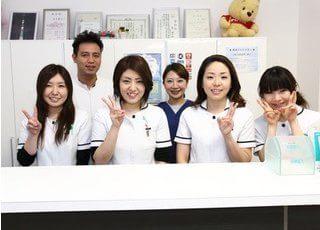 院長、ドクター、スタッフです。明るい笑顔でお待ちしています。
