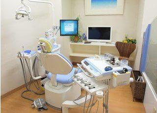 診療チェアです。モニターを使って丁寧で優しい説明を行った上で治療に入ります。