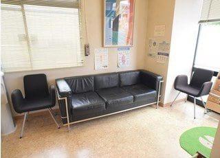 受付が済みましたら待合室のソファに腰をかけてお待ちください。