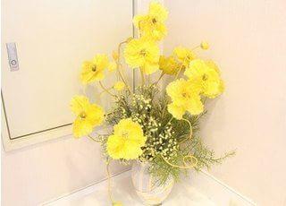 綺麗なお花を置くなど院内の装飾には気を遣っております。