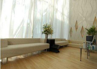 待合スペースです。床はフローリングになっており、外からの光が差し込む明るいスペースです。