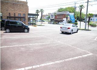 敷地内に無料駐車場が12台分ございます。