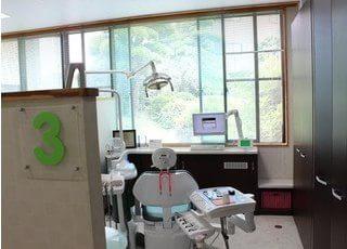 開放感のある診療室です。窓の外は緑がたくさんでリラックスしていただけます。