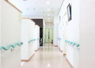 診療室の廊下です。白を基調とした清潔感のある雰囲気です。