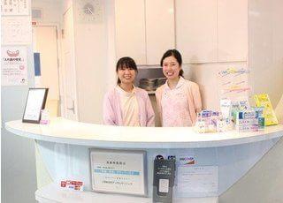 受付ではスタッフが明るい笑顔でお迎えします。