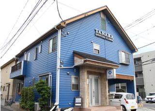 青い建物が目印です。
