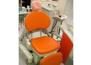 オレンジ色の診療チェアで治療を行います。