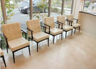 待合室です。広々としていて、一人掛けの椅子を用意しています。