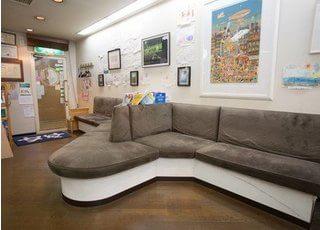 待合室です。こちらのソファーへお座りになってお待ちください。