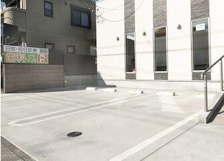 医院前には駐車場をご用意しております。お車でもお気軽におこしください。