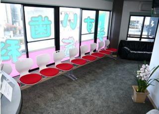 待合室です。床は絨毯を敷いております。