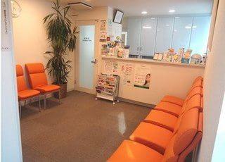 受付が済まれましたら、待合室でお待ち下さい。雑誌や絵本もご用意しています。