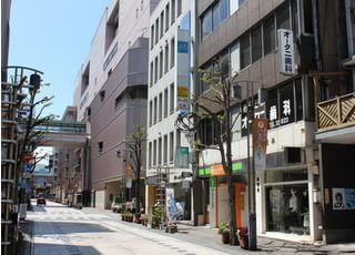こちらの通りに面しております。