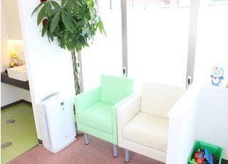 待合室には、一人ずつ掛けられるソファーがあります。