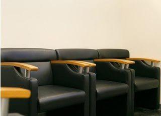 座り心地の良い椅子にお座りになってお待ち下さい。