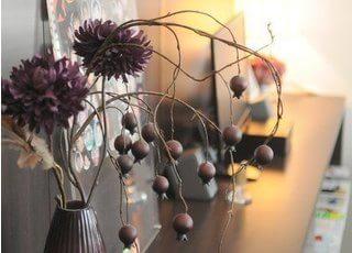 院内はお花を飾り、リラックスしていただける空間づくりを心がけております。
