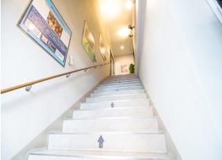 こちらの階段をお上がりください。