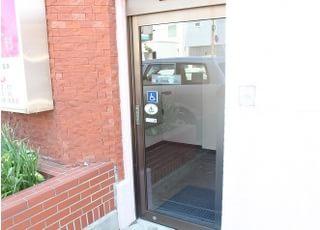 自動ドアの入り口です。エレベーターをご利用の方はこちらからお入りください。
