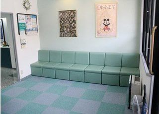 待合室はアットホームな雰囲気で、ゆったりと落ち着いて待っていただけます。