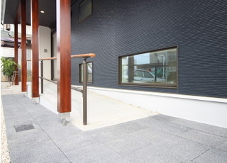 医院入口にはスロープがあるので、車イスやベビーカーのまま入ることができます。