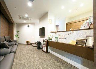 待合室はリラックス出来る落ち着いた雰囲気です。診療室は明るく機能的に作られています。