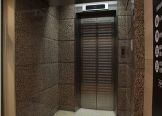 ご来院の際はこちらのエレベーターをご使用ください