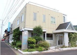 百田歯科医院の外観です。駐車場もご用意しておりますのでお車でもお越しいただけます。